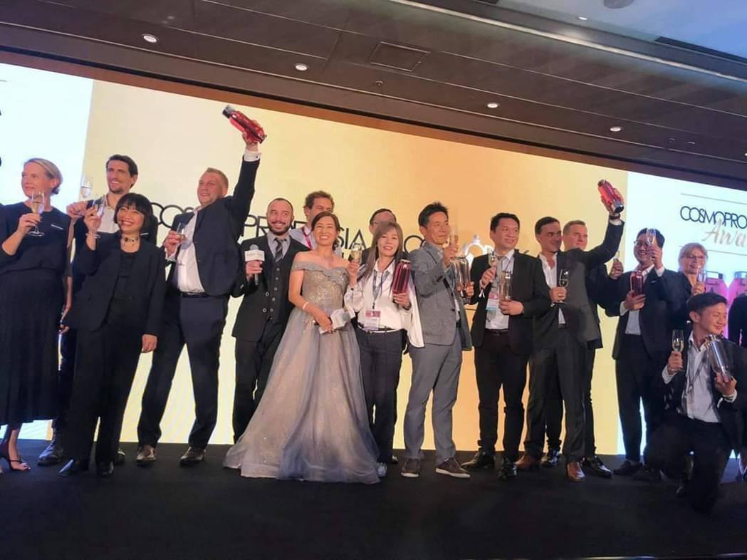 膜殿口紅棒泥膜創意兼具時尚、在業界掀起精準保養風,獲Cosmoprof Asia...