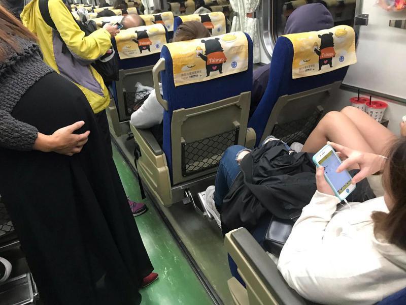 坐票乘客沒讓座給孕婦,他氣喊「台灣道德淪喪」。圖片來源/<a href=