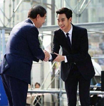 韓國禮儀中,遇到初次見面、長輩或是尊敬的人,會用左手扶著右手手肘。