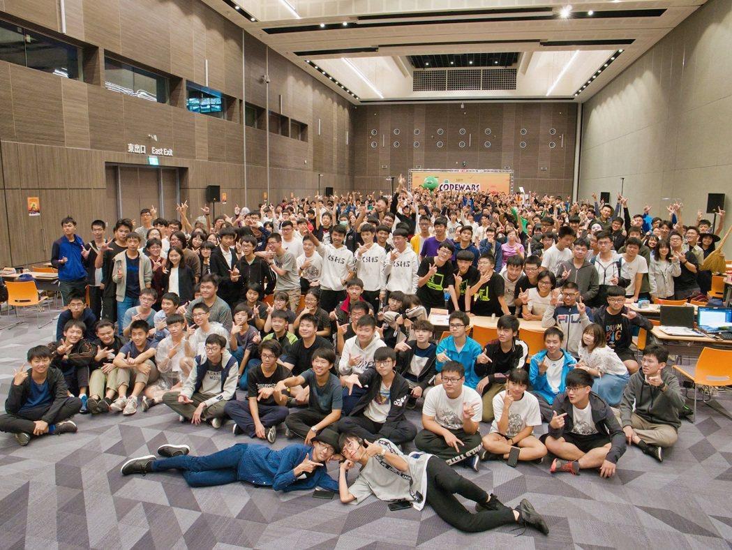 HPE擴大舉辦台灣高中校園程式爭霸賽(CodeWars)程式比賽,今年更創下規模...