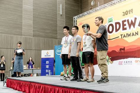 本屆CodeWars競賽激烈,最後是由BitCoin (新竹實驗中學的陳冠辰、劉...