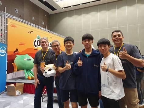 三位韓國學生(中間三位)自費到台灣組隊參賽,也取得優異的成績,可見得CodeWa...