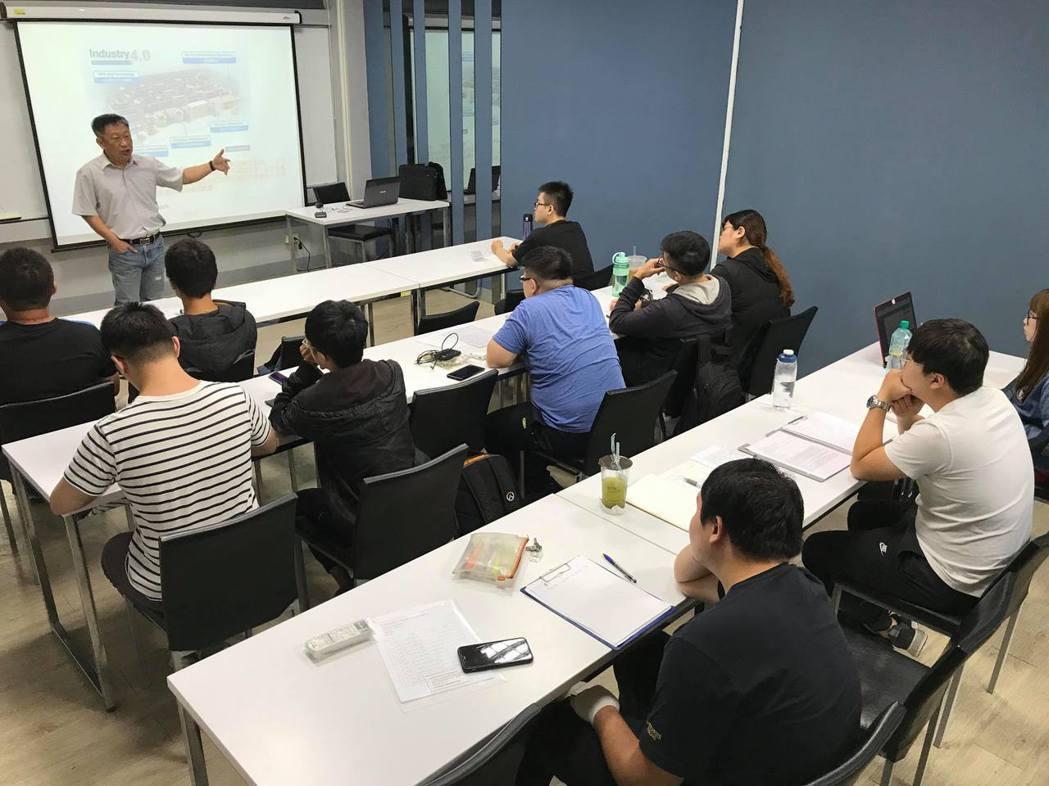 臺南大學辦理智能檢測設備人才培育產學合作計畫的上課情形。 臺南大學/提供