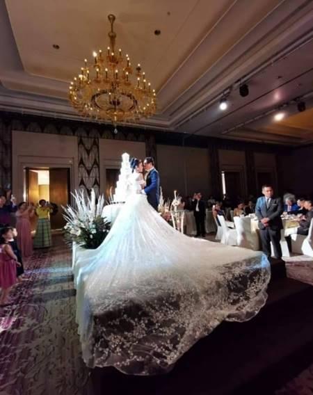婚禮相當豪奢,新娘的白紗甚至可以覆蓋半個舞台。圖擷自臉書