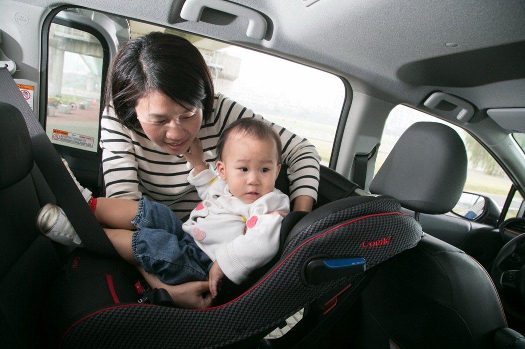 SIENTA的優異空間表現,協助媽媽輕鬆將孩子放上安全座椅。 記者陳立凱/攝影