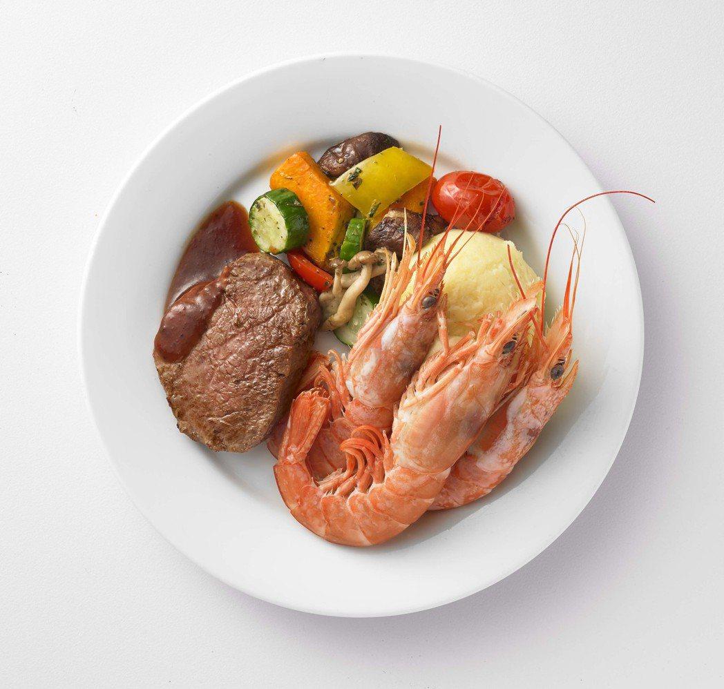 IKEA海陸大餐:菲力牛排與天使紅蝦的絕佳組合,搭配溫烤蔬菜、薯泥再淋上畫龍點睛...