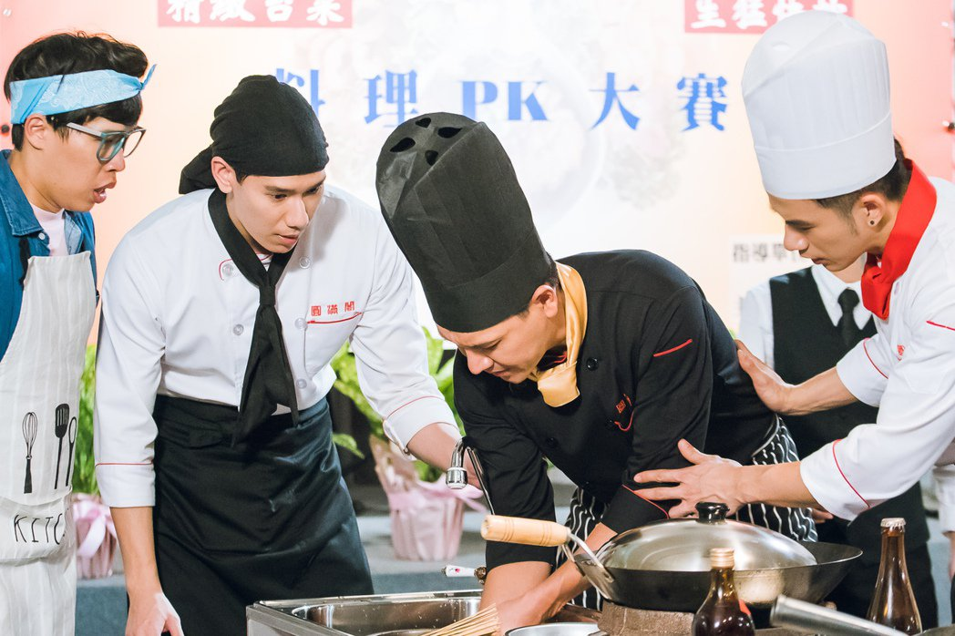 王傳一(右二)演廚師不慎被燙傷。圖/東森提供