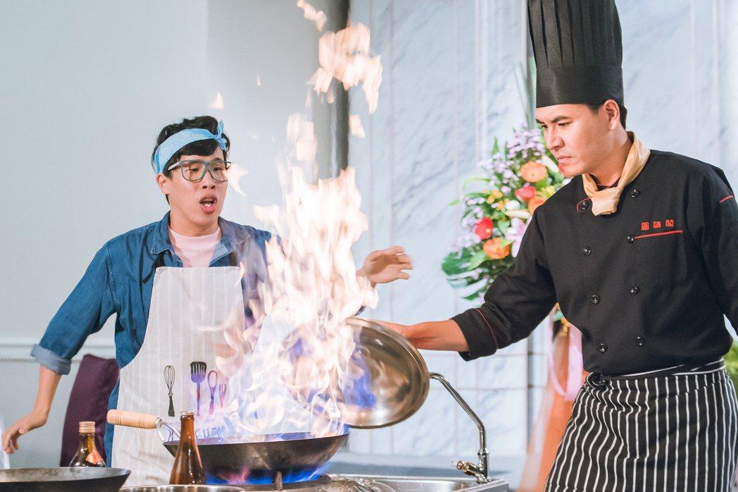 王傳一(右)演廚師不慎被燙傷。圖/東森提供