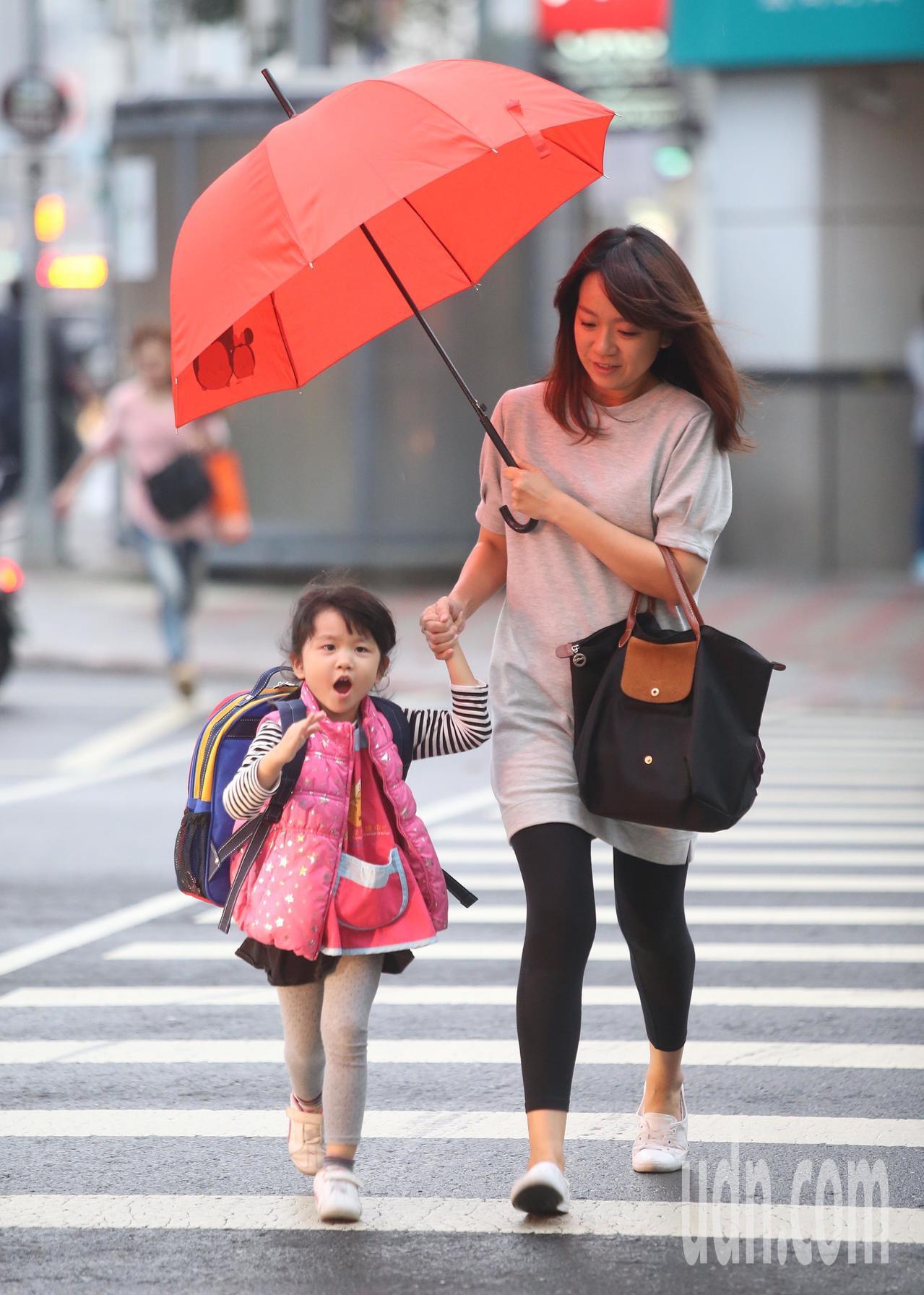 中央氣象局說,今天鋒面通過,隨後東北季風增強,加上海鷗颱風持續供應水氣,大氣環境...