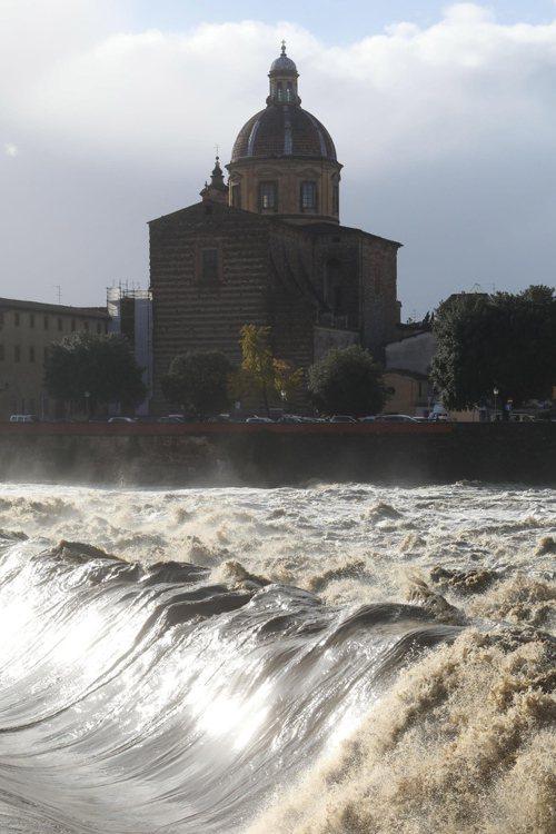 義大利阿諾河水位於17日達1992年來最高。歐新社