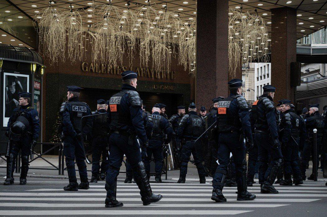 法國巴黎觀光景點、具代表性意義的拉法葉(老佛爺)百貨17日下午遭「黃背心」示威者...