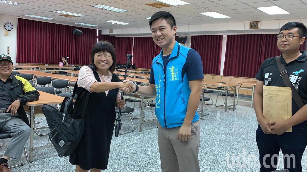 無黨籍蔣月惠今天上午前往登記時,巧遇一邊一國潘偉龍(右),兩人還握手互相加油。記...