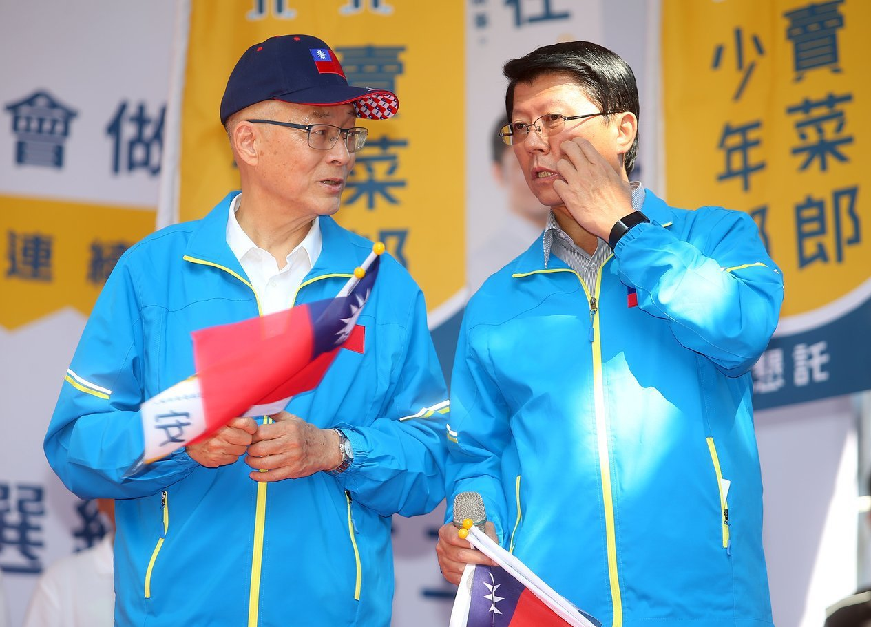 謝龍介(右)昨出席蔣萬安競總成立大會,與吳敦義(左)互動。 記者余承翰/攝影