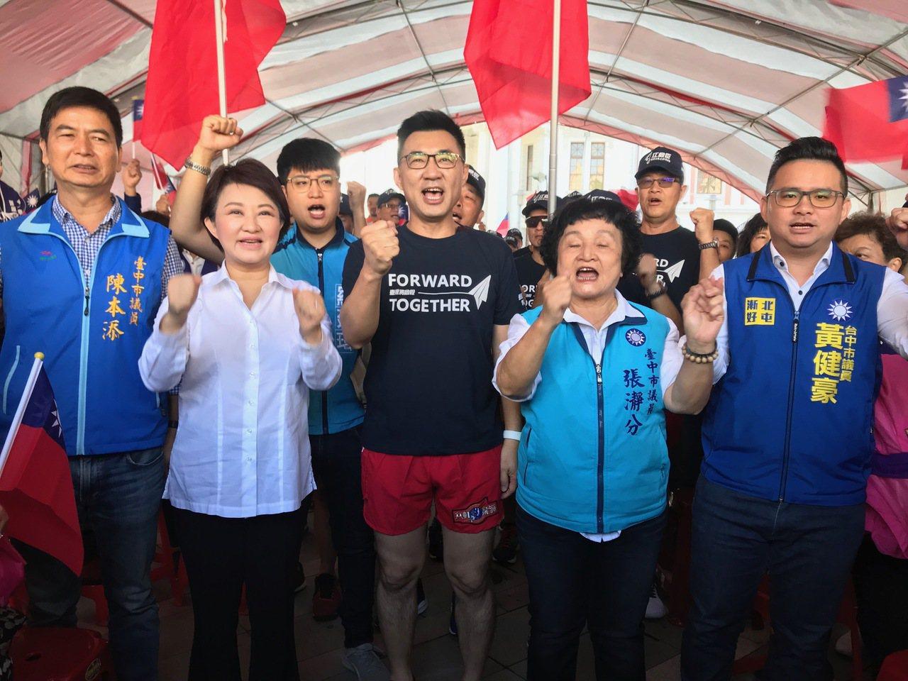 台中市長盧秀燕(左二)今早請假3小時,陪同國民黨立委江啟臣登記參選。現場安排立委...