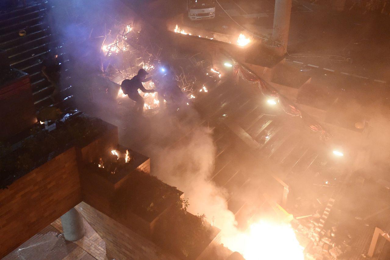 反政府示威者18日在香港理工大學入口處階梯縱火。法新社