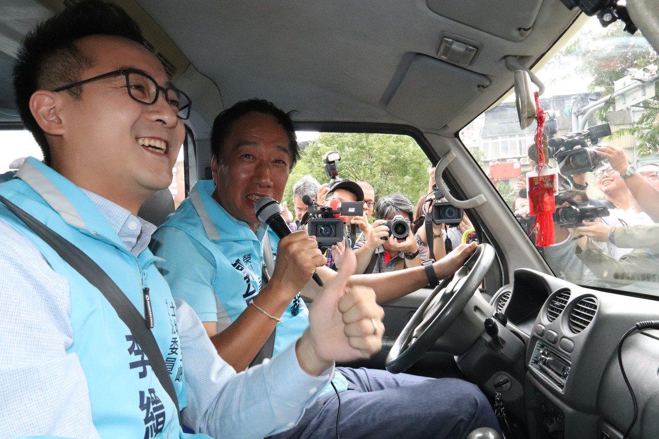 立委參選人李縉穎在鴻海創辦人郭台銘陪同下登記參選。記者胡瑞玲/攝影