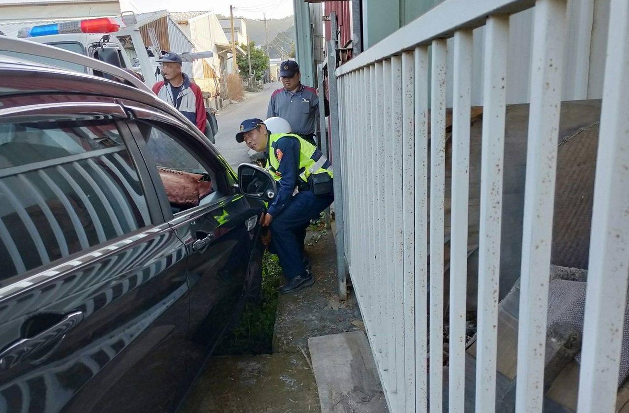新社花海人潮爆,但周邊道路狹窄,不熟路況的遊客開車常掉溝,員警協助脫困。圖/東勢...