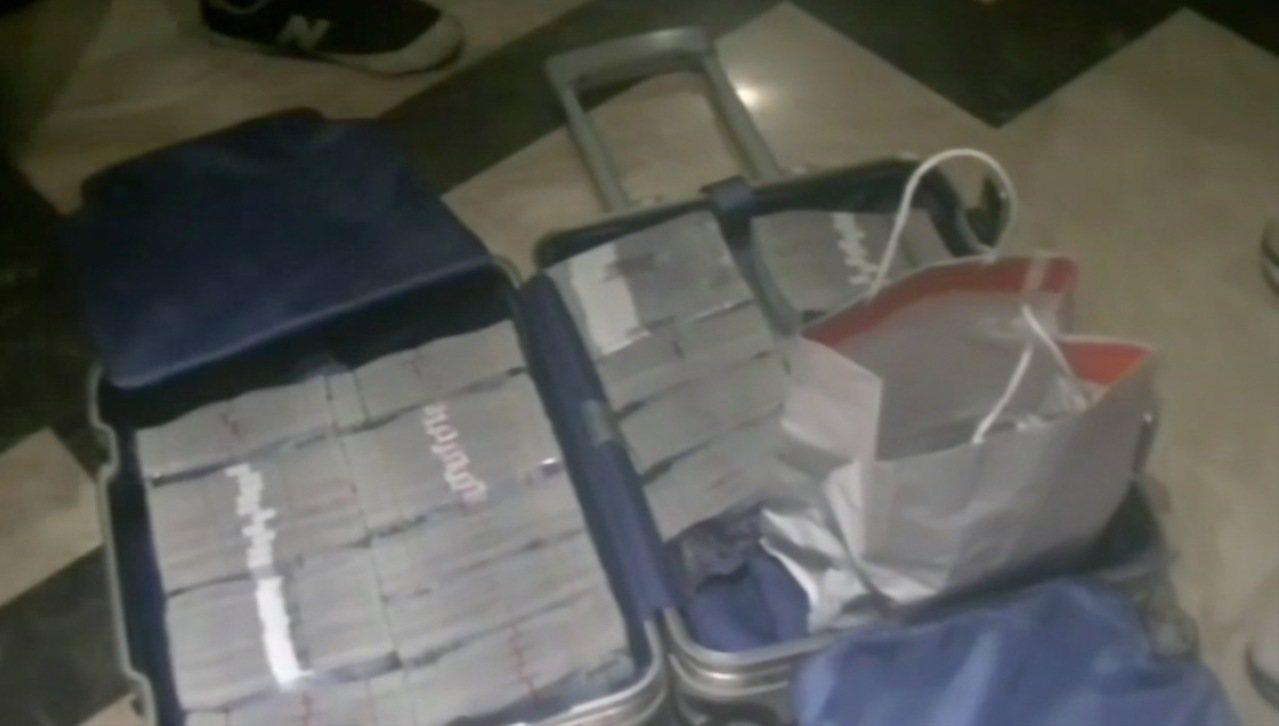 刑事局中打第二隊破獲以嚴姓男子為首的詐騙集團,並在共犯的行李箱內查扣現金1239...