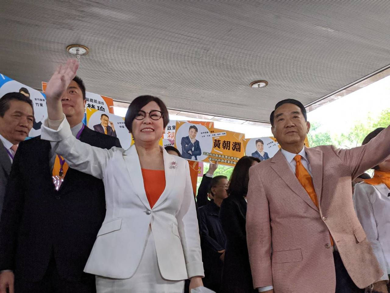 親民黨主席宋楚瑜與副手余湘上午登記參選2020總統大選,是第一組登記的候選人。記...