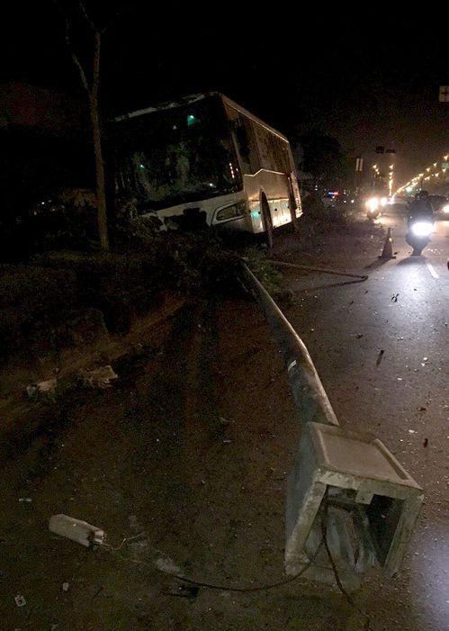 高雄一輛公車深夜自撞安全島,並撞斷兩根燈桿,所幸駕駛與一名乘客無礙。記者王昭月/...