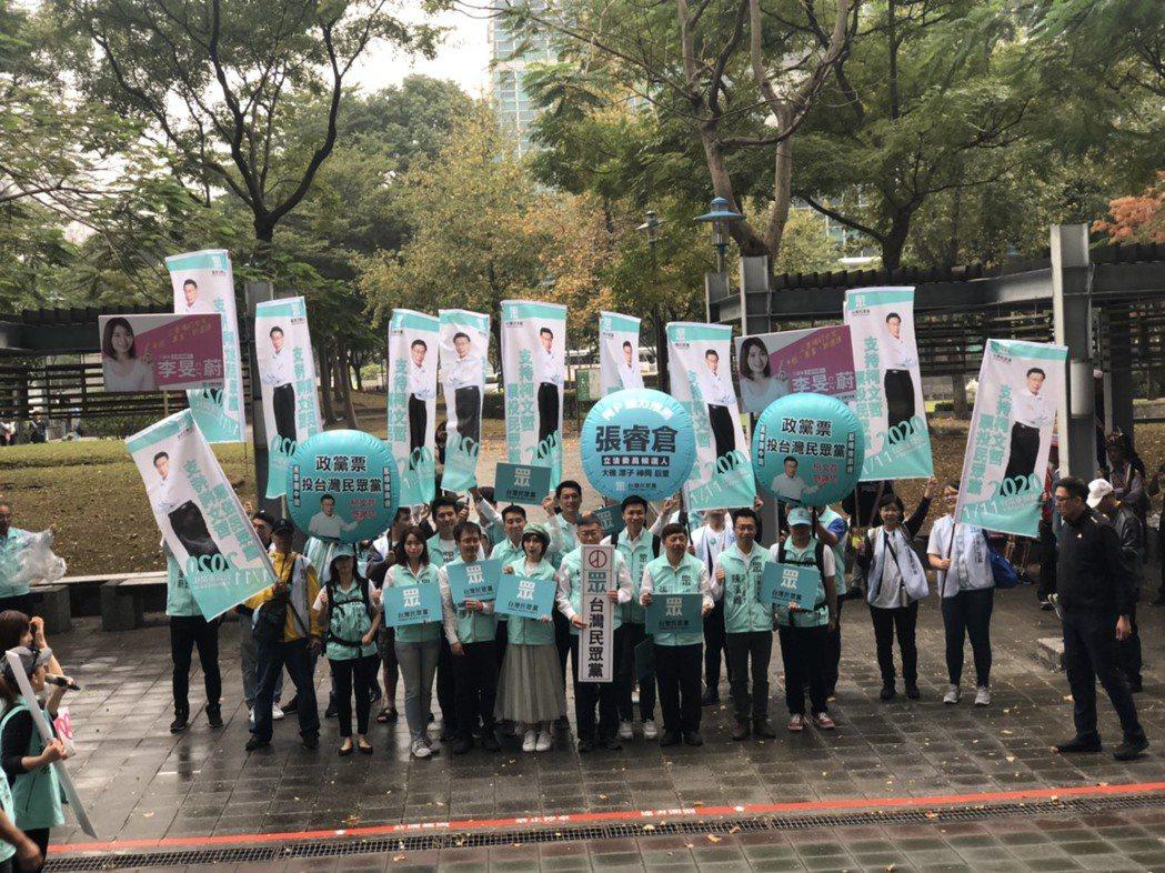 今天是台北市立委選舉登記首日,台灣民眾黨主席柯文哲一早先向市府請假2小時,率領民...