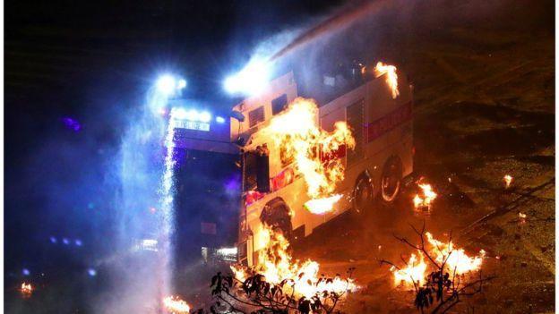 示威者連日來占據香港理工大學,破壞校園內的一些設施,並放火焚燒警方的車輛。照片/...