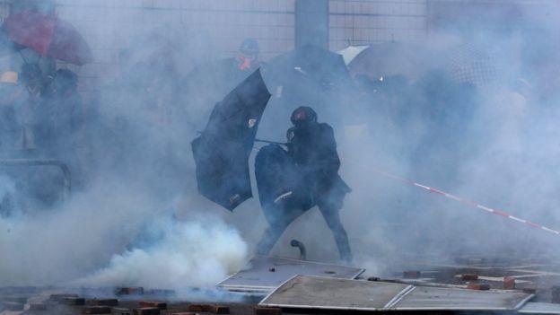示威者連日來占據香港理工大學,破壞校園內的一些設施,昨(17)日與警方爆發激烈衝...