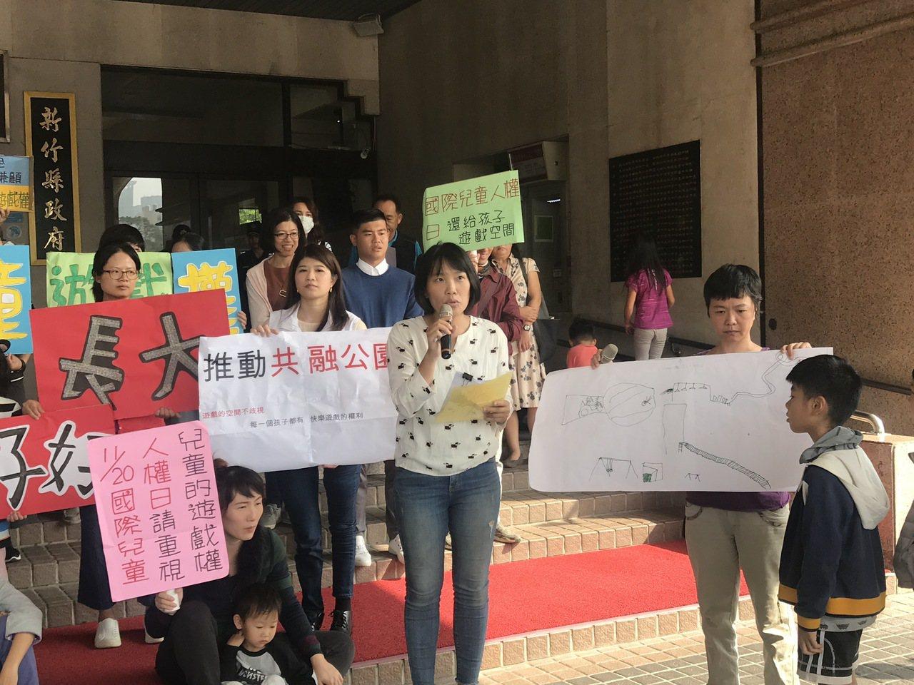 發起連署抗議的家長楊怡青表示,且深受各年齡層喜愛的遊具設置率很低,例如鞦韆15座...