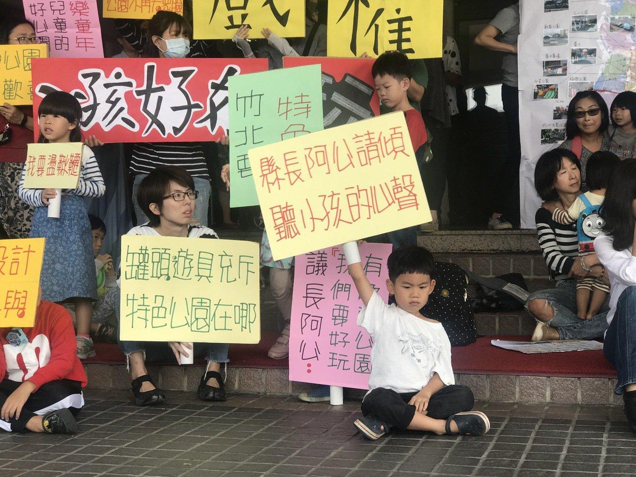 「縣長阿公請傾聽小孩的聲音!」孩子們今天來到現場舉牌,表達心聲。記者郭政芬/攝影