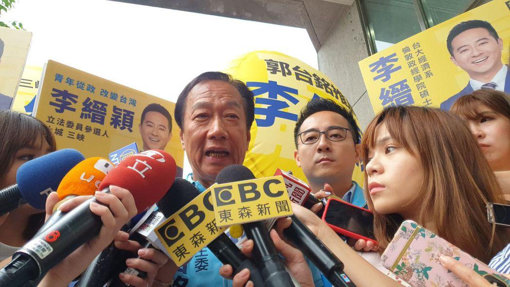 鴻海創辦人郭台銘(中)表示,沒有和親民黨主席宋楚瑜談到閣揆事情。記者胡瑞玲/攝影