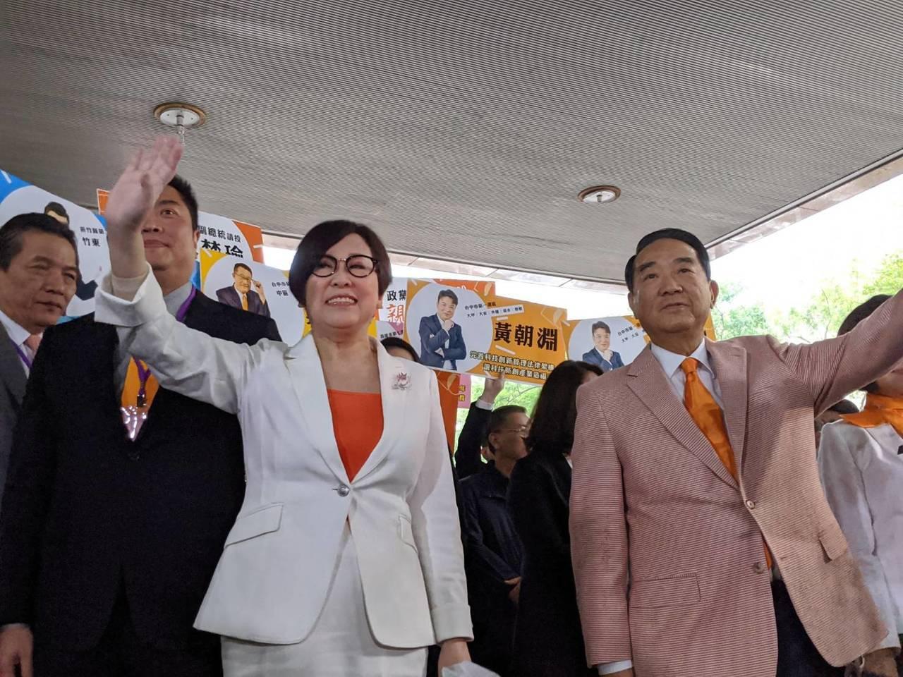 親民黨主席宋楚瑜(右)與副手余湘(左)今早完成登記,搶到頭香。記者蔡佩芳/攝影