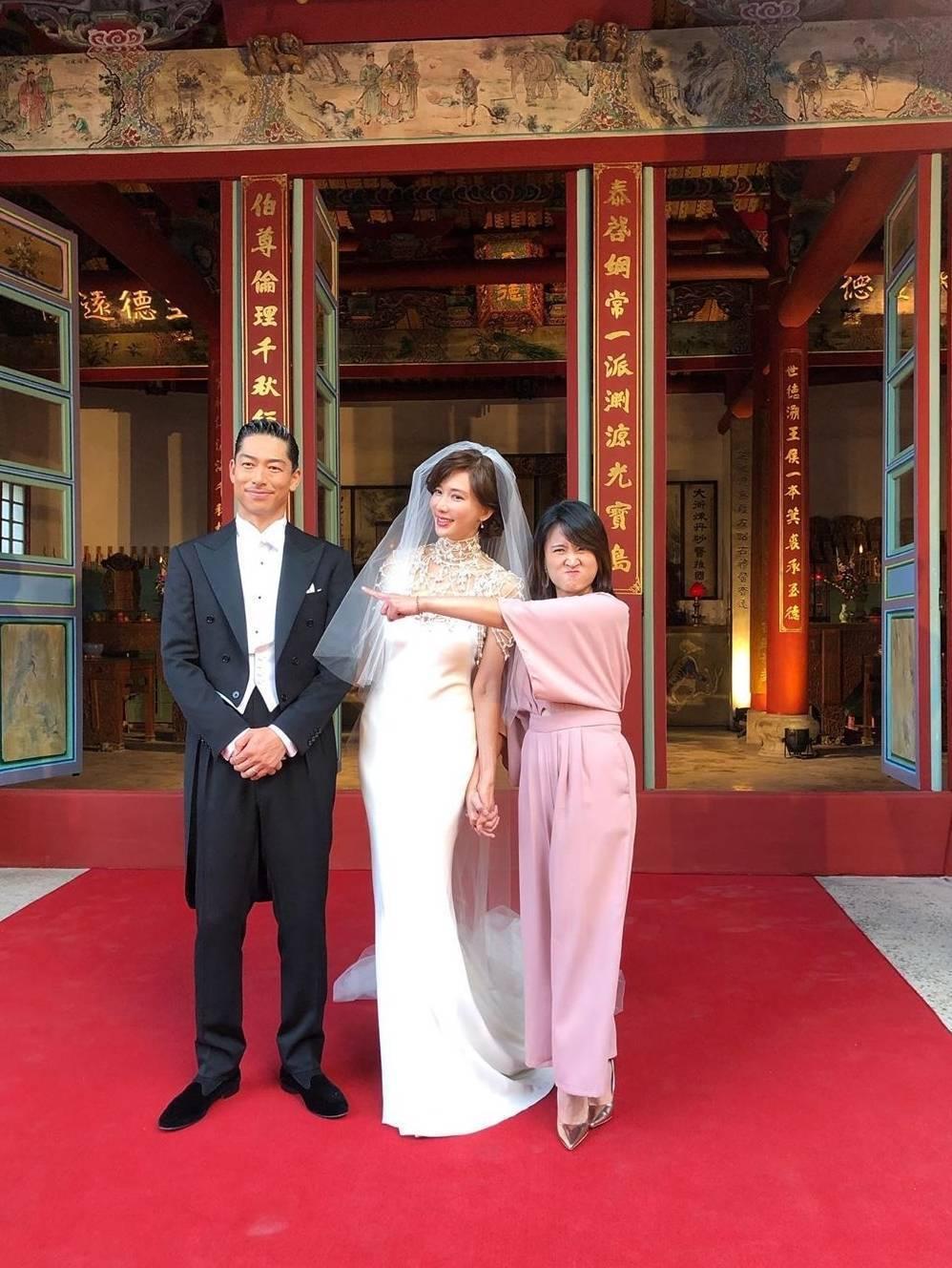 海裕芬(右起)出席林志玲與AKIRA的婚禮。圖/摘自臉書