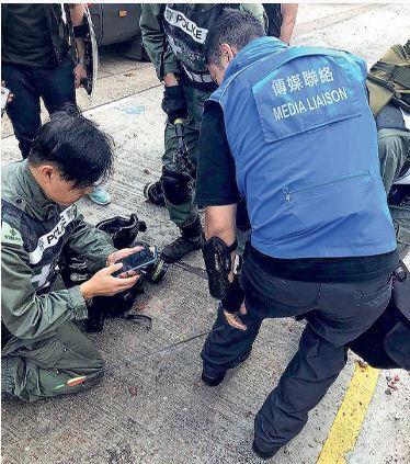 香港行政長官林鄭月娥上午11時連同保安局局長李家超,探望中箭的警員。兩人逗留約1...