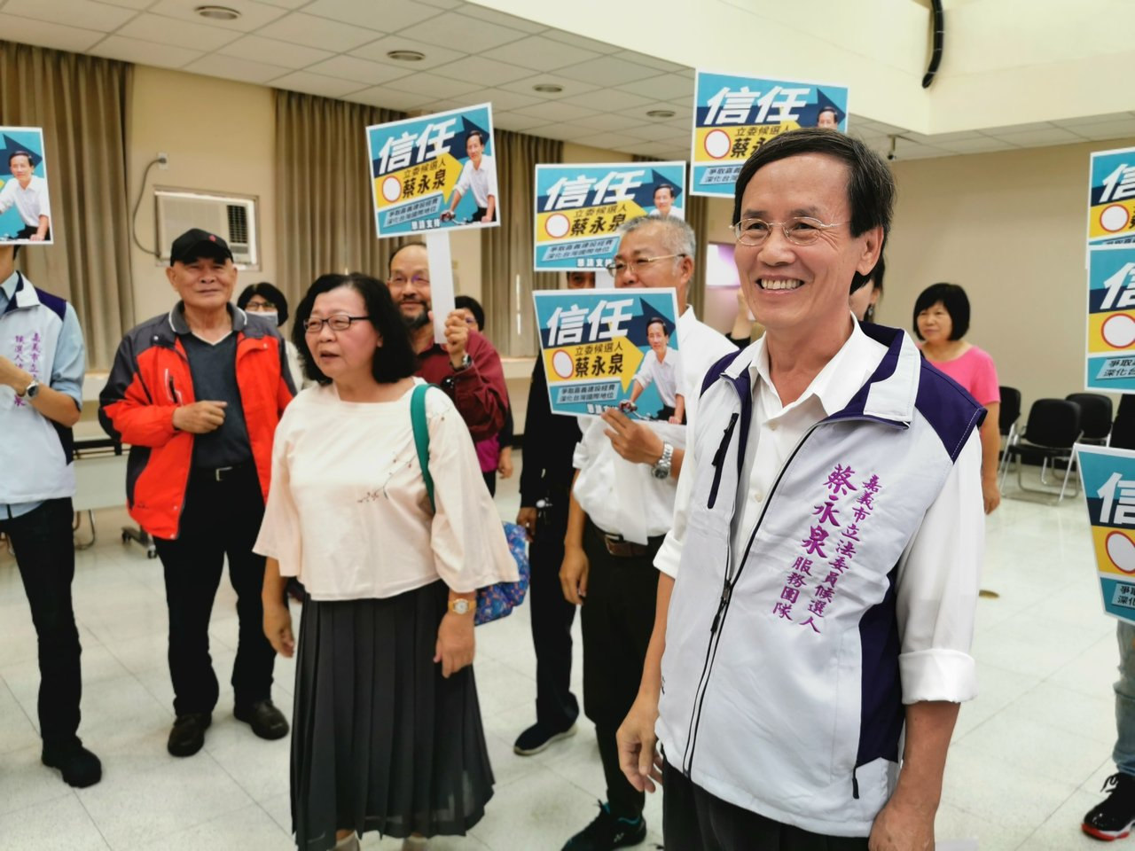 蔡永泉今天由支持者陪同,登記參選嘉義市立法委員。記者卜敏正/攝影