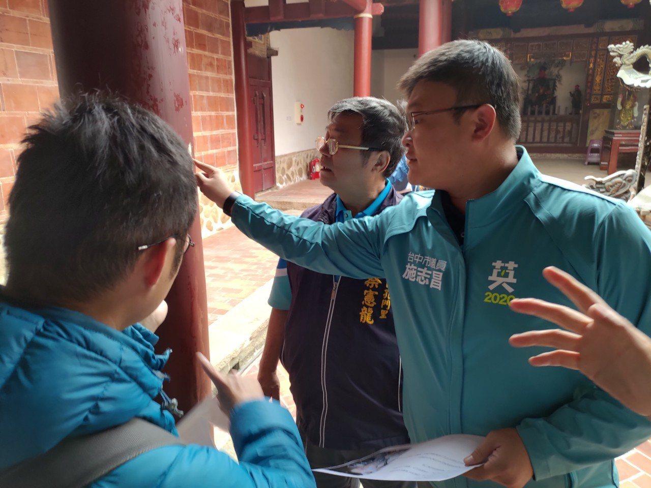 台中市議員施志昌等人今天會勘大甲文昌祠整修工程,發現二問題。記者游振昇/攝影