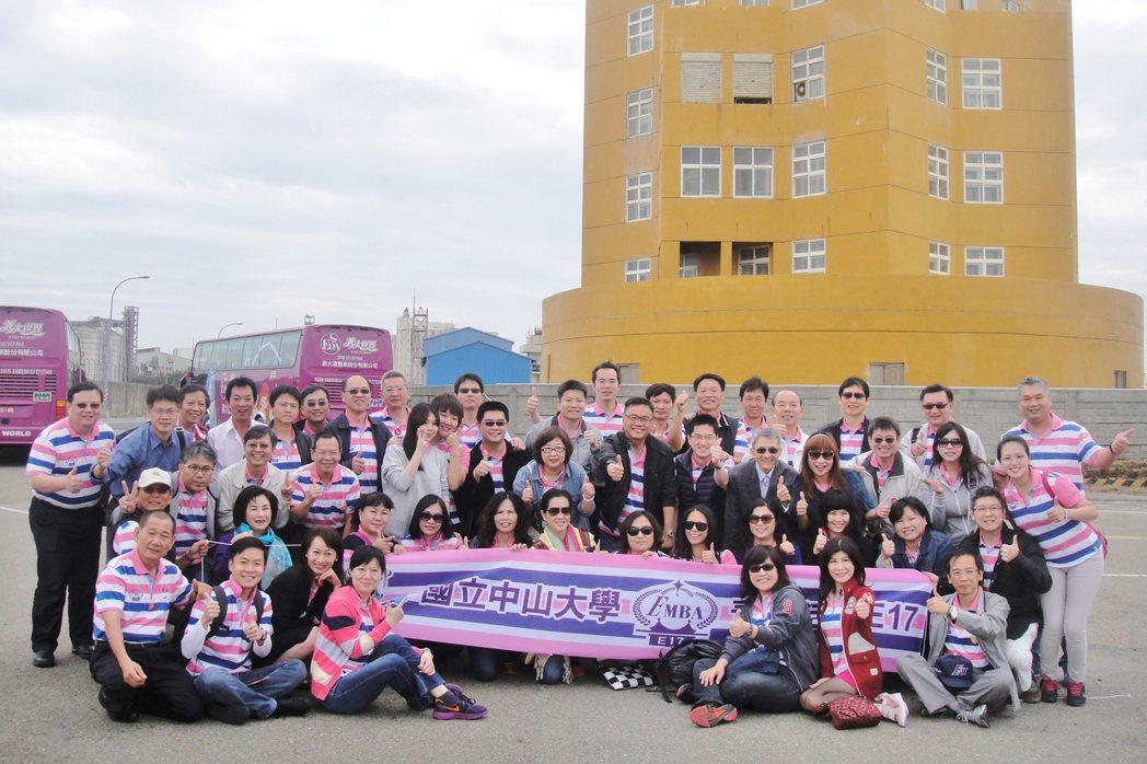 中山大學EMBA學生持續向企業學習管理實務,圖為第17屆學生參訪企業。照片/中山...