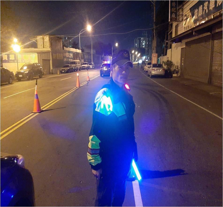 台中市警局斥資89萬購買5000顆爆閃燈,提升警員夜間值勤的安全。圖/台中市警局...