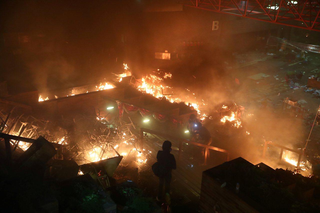 香港反送中示威者17日起與警方在香港理工大學爆發激烈衝突。雙方通宵對峙,警方封鎖...