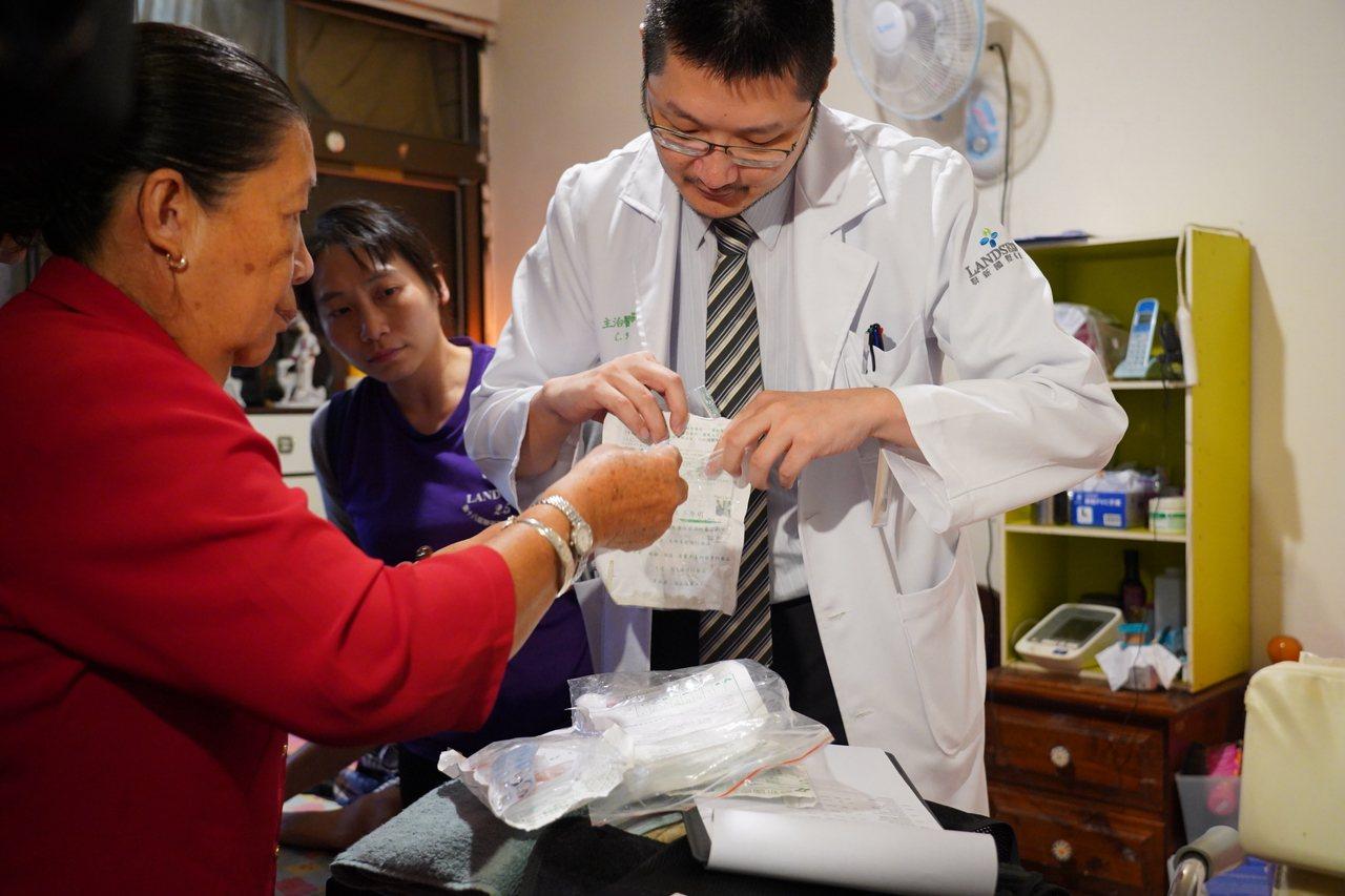 聯新國際醫院醫師主動出擊,結合居家醫療由醫護人員到宅看診。圖/聯新國際醫院提供