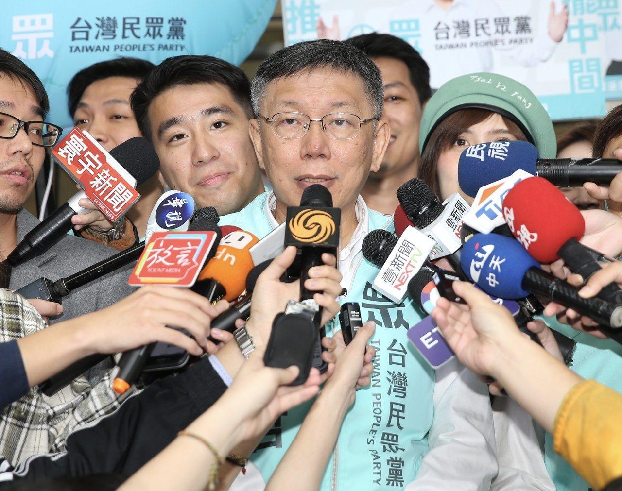 台北市長柯文哲(中)認為,大選現在進入籃球垃圾時間,勝負已定。 記者許正宏/攝影