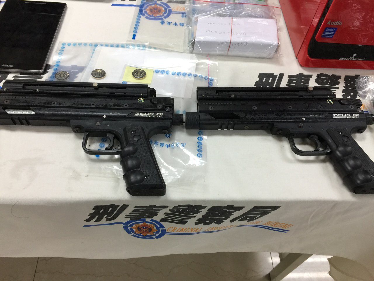 檢警破獲應召站集團,查扣的贓證物中有兩把鎮暴槍。記者陳金松/攝影