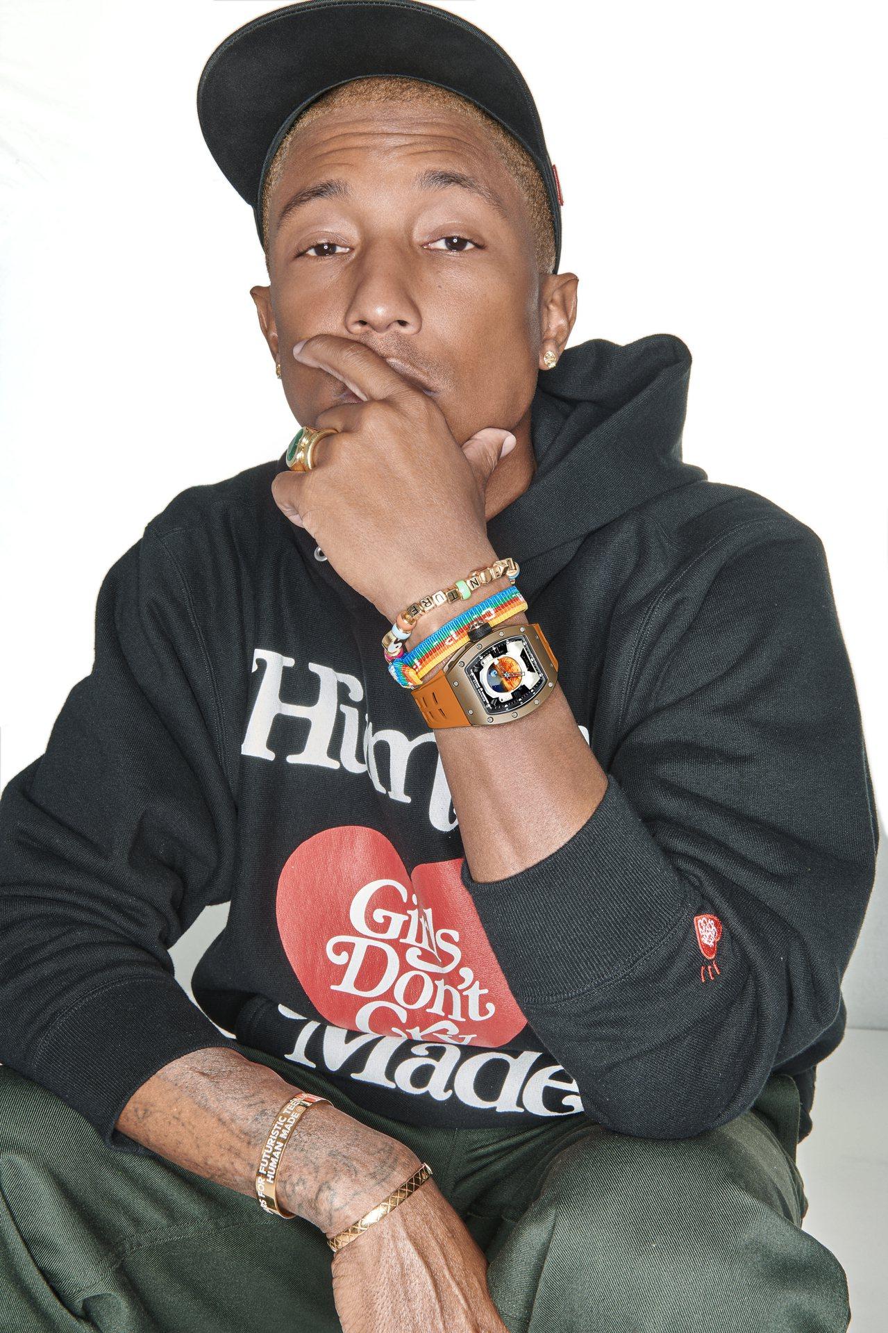 音樂與潮流界的巨星Pharrell Williams以勁裝,搭配聯名的RM 52...