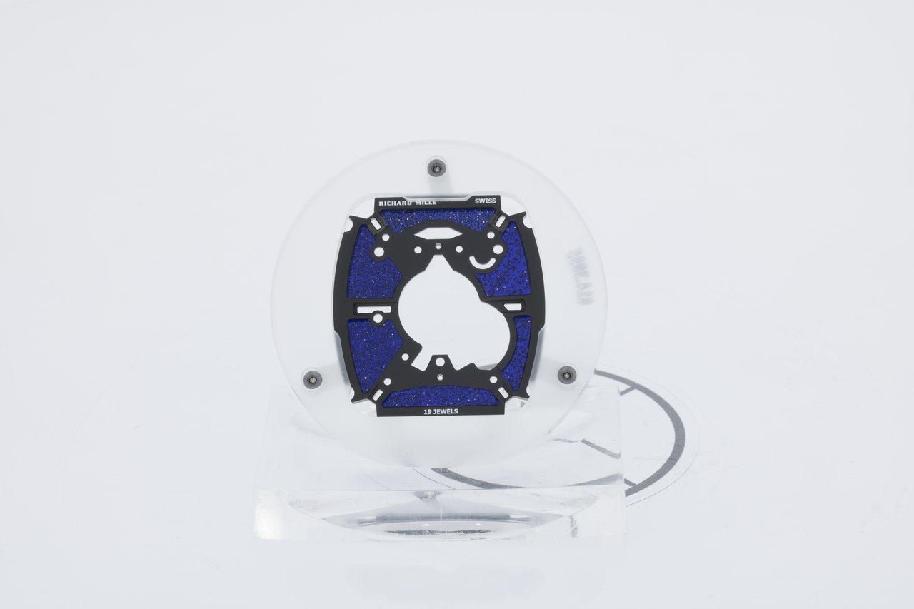 在RM 52-05 Pharrell Williams陀飛輪腕表的機芯背上,使用...