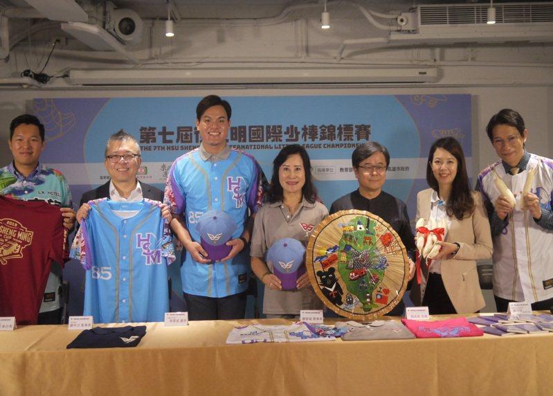 旅美球員張育成(左三)和師母謝榮瑤(左四)一同出席徐生明國際少棒賽記者會。記者吳敏欣/攝影