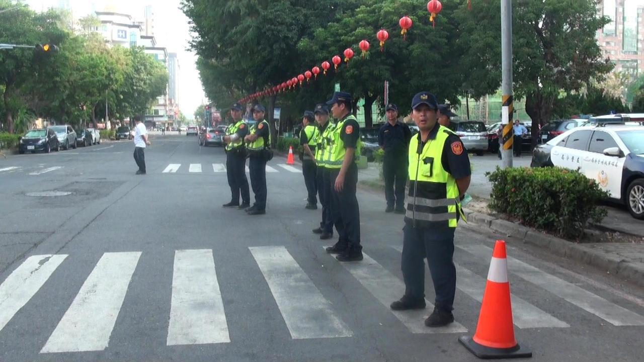 警方今午派出200警力,不讓高雄勞工夜市違規占道擺攤。記者王昭月/攝影