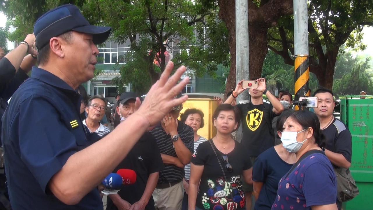 高雄市前鎮警分局長林新晃(左)向攤商說明取締違規占道的原委。記者王昭月/攝影