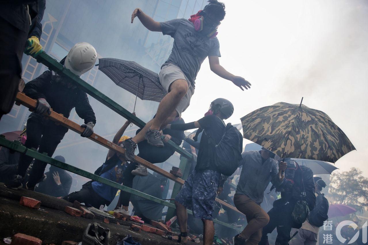 香港示威五個多月來,抗議者與警方對峙升級。周末起,港警方與示威者在理工大學爆發激...