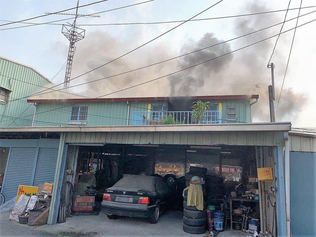 嘉義市北港路陳姓婦人住處2樓,今天中午1時許發生因不名原因失火,婦人第1時間未發...