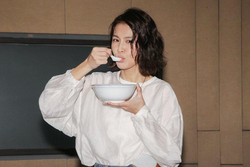 曾沛慈開心喝下雞湯。圖/寬宏提供