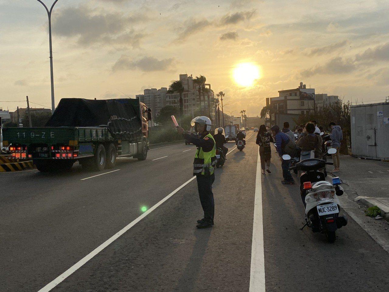 台中市大甲區經國路今天傍晚的懸日,警察在場維持交通安全和秩序。圖/民眾提供